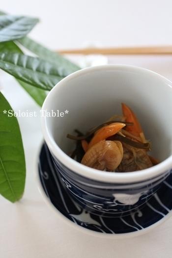 茹でた青柳と煎り酒で作る佃煮はコク旨でさっぱりの味わいがたまらない一品です。お酒のおつまみにもよく合うので、つい飲み過ぎてしまいそう。