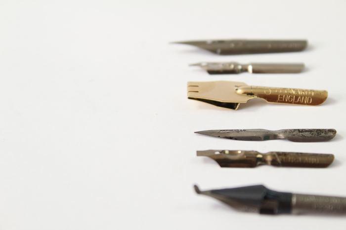 何と言ってもペン(ペン軸ろペン先)が必要です。カリグラフィでは書体によって使うペンが違うというのも特徴。中にはペンを自作してしまう方もいらっしゃるようです。