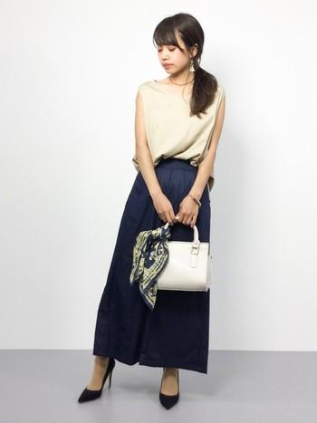 """かごバッグだけではなく、普段使いのバッグにもおすすめです。シンプルコーデもちょっぴり大人っぽく格上げしてくれます。夏らしい色や柄のスカーフをチョイスしてバッグも""""夏モード""""に♪"""