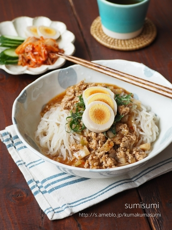 豆板醤を使った万能中華あんをかけたピリ辛冷麺。麺以外にも、白いごはんにかけて丼にするのもおすすめです。