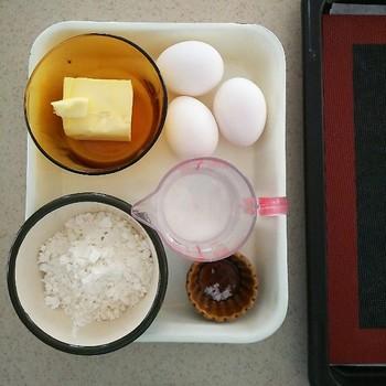 材料はシンプルに薄力粉、バター、卵、塩、水。シュー生地は膨らむので、これだけでもたくさん出来上がります。