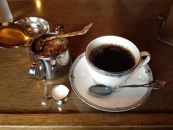 カップも、シュガーポットも、手に触れるとキュッと音がするくらい、清潔に磨かれて。昭和年間、名店と言われる喫茶店は、みんなそうだったのです(by昭和生まれの筆者)。