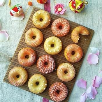 型さえあれば、混ぜて焼くだけと簡単!おやつにぴったりのお手軽焼きドーナツのレシピです。アイシングでコーティングすれば、こんなフォトジェニックな可愛い仕上がりにも。
