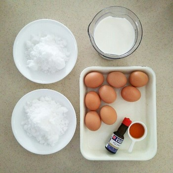 材料は卵、牛乳、砂糖、バニラエッセンス、ラム酒。この分量だと8人分になります。お子さんのおやつに作るなら、ラム酒は無くても。