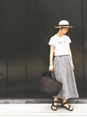 ナチュラルなギンガムチェックのスカートに麦わら帽子を合わせた夏らしい女子スタイル。カジュアルダウンしてくれる「スポーツサンダル」がセンス抜群。