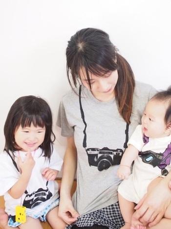 プリントTシャツは親子リンクコーデも楽しめますね。Tシャツはパパも含めて家族みんなでお揃いにしやすいアイテムです。