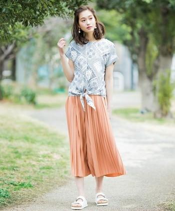 プリーツタイプのものはまさにスカートのように見えますね。動くたびにゆれるプリーツでよりガーリーな雰囲気に。