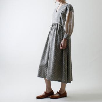 立体的なドット柄と、透け感のある袖が涼しげなふんわりワンピース。レトロ感のあるゆったりデザインで、ナチュラルスタイルを楽しめます。