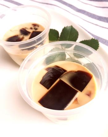 【成城石井風のコーヒーゼリー】 きび砂糖を入れたやわらかミルクゼリーに、あらかじめ作っておいたコーヒーゼリーを入れて作るアレンジコーヒーゼリー。コーヒーとミルクの味わいと異なる食感を楽しんで!