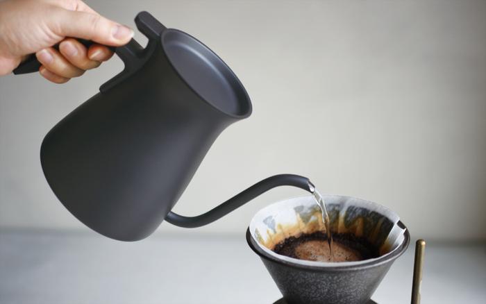 基本の淹れ方はホットコーヒーと同様ですが、淹れたコーヒーが熱いうちにあらかじめ氷を入れたグラスやサーバーに一気に注ぎましょう。急激に冷やすことで、豆のもつ本来の旨味をギュッと凝縮させることができます。