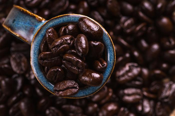 """アイスコーヒーは、フレンチローストやイタリアンローストなど""""深煎り""""の豆を使ってコクを出しましょう。基本的にフィルターで抽出する場合は中細挽きを使いますが、濃い味がお好みの方は""""細挽き""""がおすすめです。"""