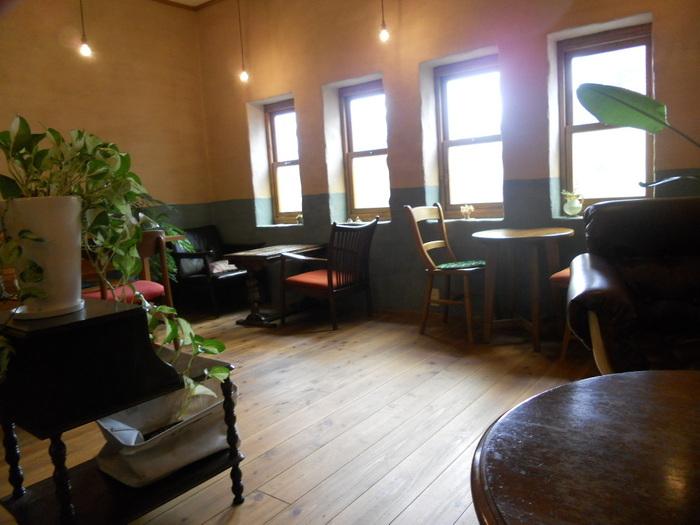 光の射し込む店内には、ソファや座り心地の良さそうな椅子が並びます。 1人で訪れるお客様も多く、コーヒーを片手に涼みながら読書をするのにもぴったりです。