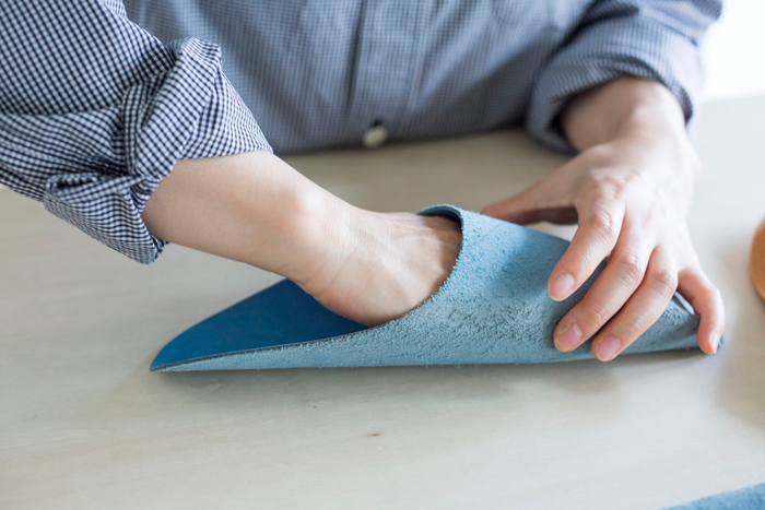 素足で履くのが気持ちいいですが、もちろん、靴下を履いても使えます。かくいう神田さんも大の靴下ユーザー。1〜2サイズ大きいものを選ぶといいのだそう