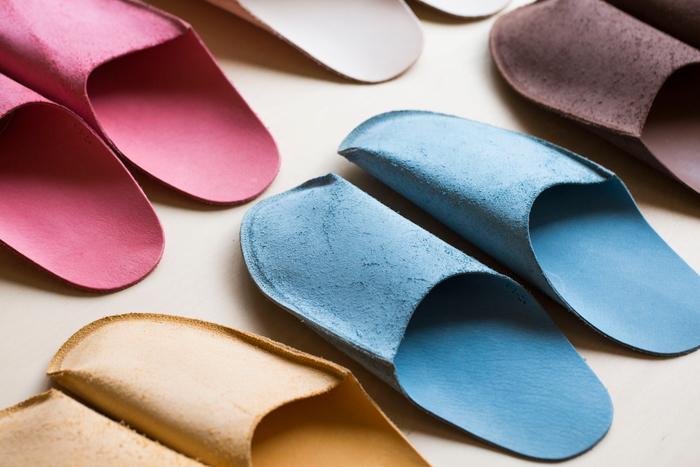 上の革がほんのり浮き上がっているため、サッと履きやすいデザイン。自分で洗え、軽いため、旅行や行事に持ち運びに活用している方も多いのだとか。色展開もかわいらしいですね