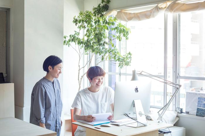 お客様の対応をはじめ、事務まわりの仕事などを担当している櫻田さんと。現在トートーニーはお二人で運営しています