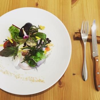 ランチやディナーで提供されているサラダは、人気の一皿。温泉卵やチキン、ポテトサラダなどが美しくデコレーションされ、ボリューム感もあります。  ブロッコリーやアスパラなど、美瑛産の旬の野菜も盛り込まれ、色彩豊かで、見た目にも華やかさがありますよ。