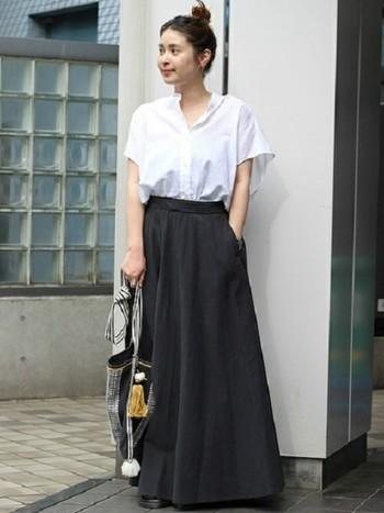 黒のロングスカートに半袖のノーカラーの白シャツをイン。白黒のバランスがきれいな大人のモノトーンコーディネートです。