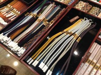 『組紐』とは、日本伝統の工芸品である飾り紐です。その歴史は古く、奈良時代に大陸から伝わったとされています。その後、時代とともに日本の文化に合わせて独自の発達を遂げてきました。