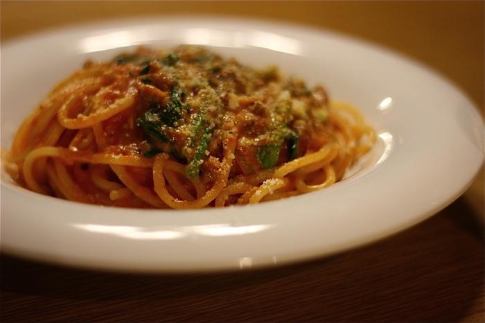 イタリア・グラニャーノ産の乾麺を使った、モチモチとしたパスタがおすすめ。太めの麺なので、茹で上がるまで時間がかかりますが、待つ甲斐はあります。トマトベース・オイルベース・クリームベースの3種から。  食後には、全国的に人気の「二三味(にざみ)コーヒー」の、質の高い珈琲豆を使ったコーヒーを。本と一緒にゆっくりと味わいたいですね。