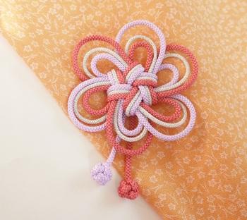 和装を華やかに仕上げてくれる髪飾り。ローズピンク・ラベンダー・シルバーの3色の組紐でできています。