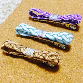 こんな風にバレッタの金具やヘアピンにつけるとより気軽に日常使いができますね。他にも、コームやゴムにアレンジしても◎結び方や色の組み合わせで色々と楽しめます。