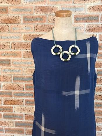 こちらは組紐でできた3つのリングを組紐でつないだもの。シンプルな作りなのに存在感がありますね。