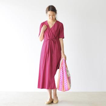 Vネックのカシュクールタイプのワンピースもさらっと1枚着るだけでおしゃれママに。リボンベルトを外して羽織にもなる素敵なデザインです。