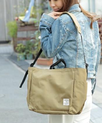 トートとしてもショルダーにもなる2WAYバッグは、荷物が多いときもショルダーパッドがついているので肩にも優しい!ポケットが多いのも嬉しいですね。