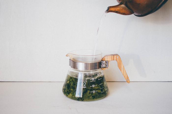 水出し・お湯どちらでも美味しくいただける「月ヶ瀬健康茶園|有機秋番茶 青柳」。農薬・化学肥料を不使用で、お湯を入れたときに茶葉がふわっと開いていく様子も楽しめます。さっぱりと飲みやすいので、朝にすっきりと心を落ち着かせる一杯にどうぞ。