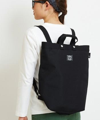 一見するとトートバッグのようですが、リュックにもなる2WAYはベビーカーに下げてもいいですし、背負うこともできるのでシチュエーションによって使い分けができます。デザインもユニセックスなのでパパも使えますね。