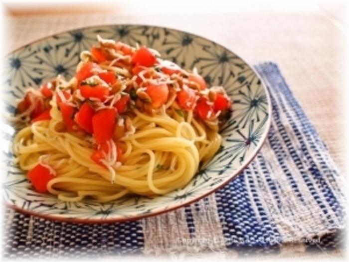 煎り酒で、納豆、大葉、柚子胡椒、しらす、トマトの和風パスタ。美味しいけど見た目が地味になりがちな和風の納豆パスタもトマトを入れることで、華やかになりより食欲が増しそう。