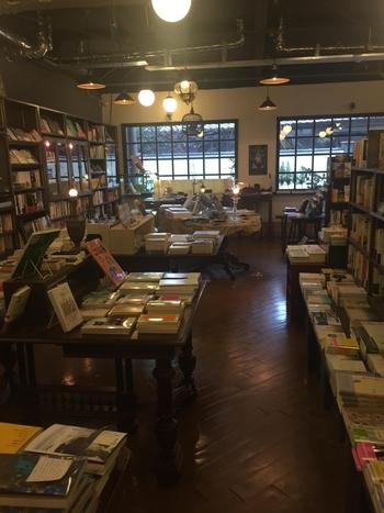 通常の書店のように「作家順」に本が並べられているのではなく、つながりのある本が並び、背表紙を読んでいくだけでも楽しくなります。  好きな本の隣に「気になっていた」タイトルが置かれていることも多々あり、つい手を伸ばしてしまいますよ。