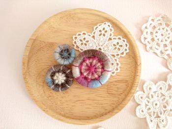 丸い形がいくつか並んだブローチはお花みたい。柔らかい色合いが素敵ですね。
