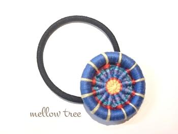 大きめのリングワークがヘアゴムに。存在感がありますね。色の組み合わせもカラフルで目を引きます。