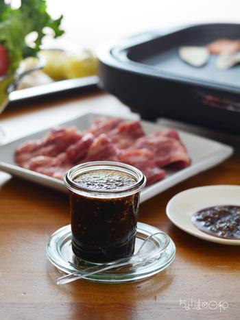 市販のものは甘すぎたり、味が濃すぎたり…と、意外と好みのものに出会うのが難しい「焼肉のたれ」。それならいっそ手作りしてしまいましょう!こちらは炒め玉ねぎの旨味に、りんごジュース、はちみつの自然な甘さ、にんにく・ごま・こしょうなどの香味をプラスした醤油だれ。焼く前に、下味的に少し絡めるとおいしく焼き上がります。
