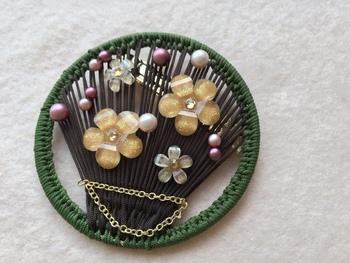 パールや花が和モダンな雰囲気。大人っぽいデザインのリングワークです。