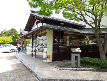 小布施エリアだけで、5つの系列店がある「桜井甘精堂(さくらいかんせいどう)」。約200年前から続く老舗栗菓子店です。現在では、洋菓子専門店、テイクアウト店、カフェ、しっとり落ち着いた本店などさまざまなスタイルのお店で、甘さ控えめで栗の味がしっかりする銘菓を味わえます。