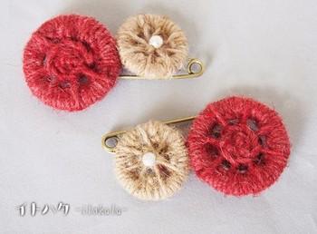 ヘンプとウールの糸で作ったブローチ。糸の種類を変えることで雰囲気も変わりますね。