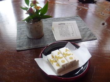 コーヒーにも合う栗落雁(らくがん)を、小布施で初めてつくったのは桜井甘精堂なんだとか。日持ちもするので、お土産にもおすすめです。和三盆を加えた落雁「花逢瀬」も◎