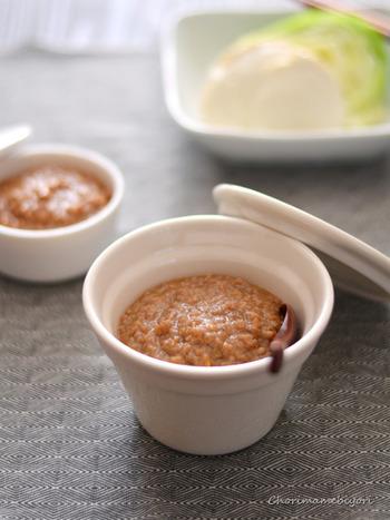 鶏肉、サラダ、冷奴など、何にでも合う「肉味噌」。レンジで簡単に作れちゃうので、夏の冷たい麺のお供にもピッタリ。豆板醤を加えると、大人用のピリ辛肉味噌に。
