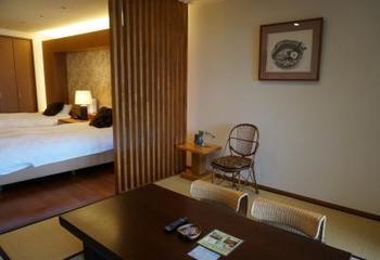 5部屋しかない客室には全て広々としたバスルームやテラスがあり、贅沢な造りになっています。洋室が2部屋、3部屋は和室と洋室がある和洋室。写真は「山萩」。全ての部屋から素晴らしい夜景が望めます。