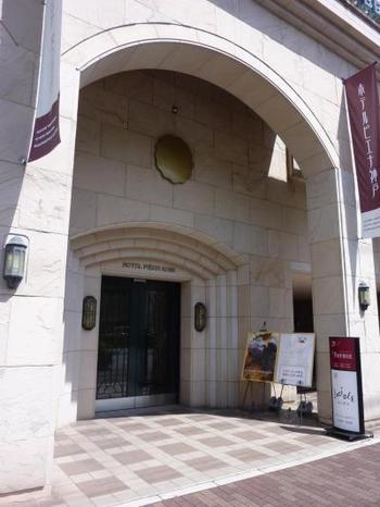 石造りが素敵なホテルの入口。ホテルピエナ神戸は、旅行口コミサイト「トリップアドバイザー®」で「朝食のおいしいホテル」 2013~2017年に5年連続で日本全国第1位に選ばれています。