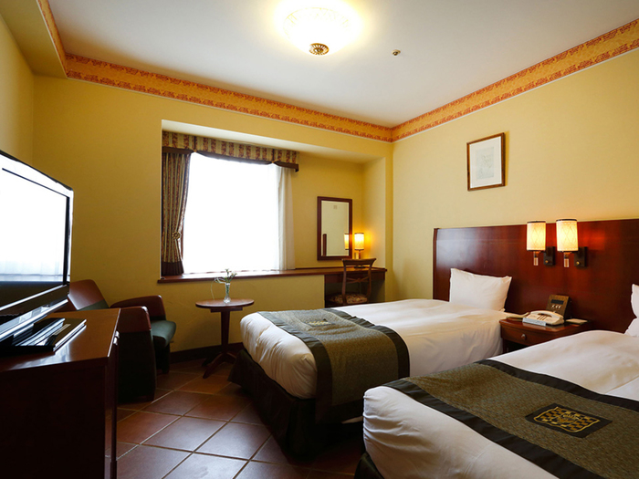 客室はブラウンとベージュの落ち着きある色調で、イタリアンアンティークの家具が置かれています。床はテラコッタタイルを使用しており、重厚な雰囲気。