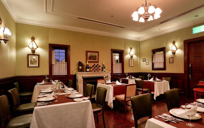 ホテル1階にあるレストラン「サンミケーレ」。中世ヨーロッパを思させるレトロでかつ温かみのある空間で、シェフ渾身の旬の食材を使った料理が楽しめます。