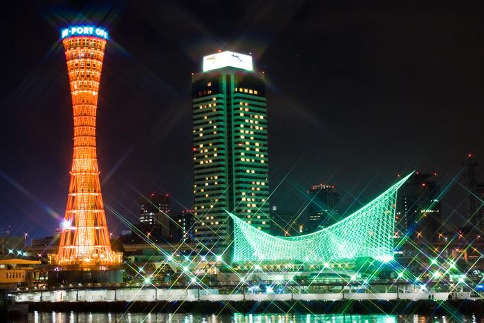 神戸のランドマーク「ポートタワー」などが建つメリケンパーク内に位置する、地上35階建ての高層ホテル。館内は日本の伝統美を大切にしつつ、西洋の雰囲気を調和させた落ち着きのある上質でエレガントな内装になっています。