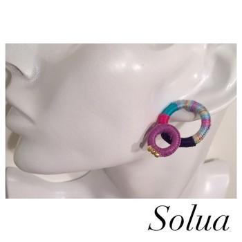 大小二つのリングを組み合わせたピアスです。一つでも存在感抜群ですね。プラスチックのリングは軽いので、耳につけても痛くありません。