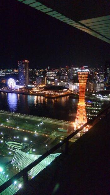 360度夜景を楽しめるロケーション。南には神戸港、北は六甲山や神戸の街並みが見え、どの方角からもそれぞれの魅力的な夜景が楽しめます。写真は西側のポートタワービュー。
