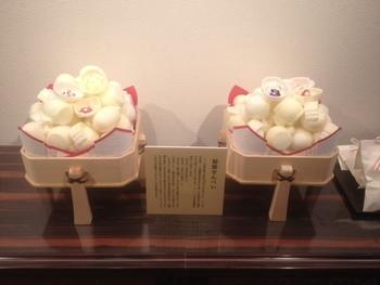 【石川】福徳せんべい 金沢のお正月には欠かせない縁起菓子。 打ちでの小槌や俵の形をした最中の中にはお正月用人形が入っているんです。
