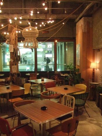ロマンチックな明かりに照らされた店内は席数が多く、ゆったりとくつろぐことができます。