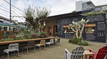 鎌倉駅西口から御成り商店街を抜けたところにある「エーダブリュキッチン ガーデン」も鎌倉野菜を豊富に頂くことができるんですよ。